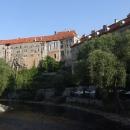 Mohutný Krumlovský zámek od řeky, nahoru se ale není čas škrábat