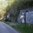 Tak za těmi vraty je bývalý důl na grafit, z druhých vrat vozí důlní vláček turisty