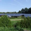 No konečně rozumné umístění fotovoltaiky, pod střechami mají stání v kempu karavany