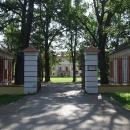 Do areálu zámku Červený dvůr, ve kterém je dnes psychiatrická léčebna, jen nahlížím, byť by prohlídka parku stála za to