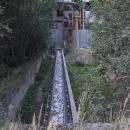 Cestou od kláštera u lomu jezdí pod silnicí kamení