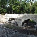 Kamenný most na hrázi rybníka Bezdrev opravují, naštěstí se dá na kole projet