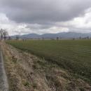 Ta hora s vysílačem na úbočí uprostřed je Czarna Góra.