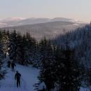 Jak stoupám k osadě Jizerka, za zády mám výhledy na Krkonoše