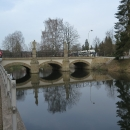 A i přes Jablonné až k VAKSTAVu se tohoto břehu držíme. Toto je Jablonský most přes Tichou Orlici.