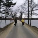 Vyšehrad. Cesta mezi rybníky. Je to vlastně hráz, protože hladiny nejsou ve stejné výšce.