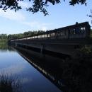 Větší most je zatopen až skoro po vozovku. Nenápadný mostní oblouk uprostřed dává tušit jeho pravý rozměr.