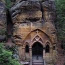 Kaple vytesaná do skály v Modlivém dolu