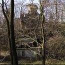 Zbytky hradu Svojkov (to vzadu), přístup zakázán, po zámku, co tu také byl ani stopy