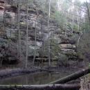 Skály nad Robečským potokem v Pekle jsou tajemné i krásné