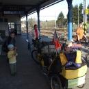 Na nádraží v Lichkově čekáme na vlak, který nás doveze do Kamience Žabkovického