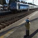 Šárka s sebou vezla plácačku, kterou vyráběli ve školce a pokoušela se zastavit vlak :-)