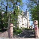 První zámek na trase se nachází v Jedrzejově - je z něho dnes nějaký ústav