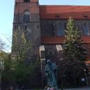 Kostel v Brzegu se sochou bývalého papeže