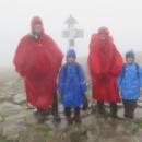 Závěrečný výstup a jsme na vrcholu, 1725 metrů nad mořem. Od rána jsme nikoho nepotkali, nahoře pár Poláků. Fičí ledový vítr, leje, mlha, ale můžeme říci, že jsme na střeše Beskyd!