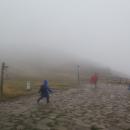 Na Malou Babí horu v tomhle počasí už fakt nejdeme, zahajujeme sestup (úprk) z hřebene do chaty