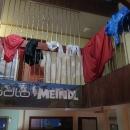 Chata je plná polských turistů a mokré oblečení rozvěšené všude.