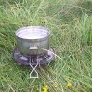 Jediné, co jsme zapomněli, je koupit bombu do vařiče. Bereme si tedy vařič ze soupravy fondue na tekutý líh :-)