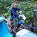 Pod hradem čepujeme vodu přímo ze zdroje pro vesnici