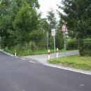 Silnice vede přímo po hranici s Polskem, domy vedle silnice už jsou v zahraničí