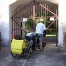 Luděk před zamčeným a psem střeženým Dívčím Hradem :-(