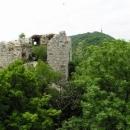 Předsunutá bašta Dívčích hradů s pozadím vysílače na vrcholu Děvína