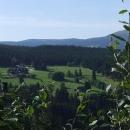 Javorské boudy s pozadím krkonošského hřebene
