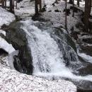 Malý vodopád šumí vodou z tajícího sněhu
