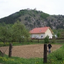 Pohled na Čachtický hrad z údolí říčky Dubové