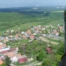 Výhled z věže do podhradí a na další kopečky (Tríbeč?)