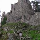 Hrad Helfenburk postavili vysoko na kopci.