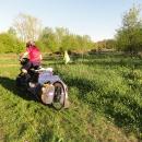 Markéta s vozíkem zkouší jízdu po zarostlé dálnici