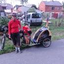 Markéta s vozíkem a Šárkou připravené ke startu
