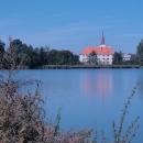Chropyňský zámek vyfocený přes Zámecký rybník
