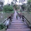 Janohrad obtéká ze tří stran řeka Dyje. Víťa vratký a úzký mostek zdolává jako nic.