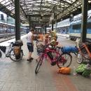 V rychlíku do Prahy sdílíme kupéčko s cyklistickou rodinou ze Švýcarska. Když vystoupili, zjistili jsme, že paní má elektrokolo.