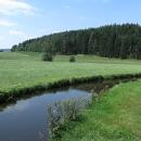 Znovu u řeky Eger. Je to pořád takový větší potok, jenž na své síle nabírá jen velmi pomalu. Zvolna si meandruje příjemně zvlněnou krajinou lesů, polí a luk.
