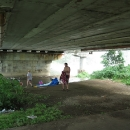 Stihli jsme to jen taktak. Začíná slejvák, pak kroupy a útočiště pod mostem se rozrostlo o dalšího cyklistu a vodáky taky s dětmi.