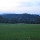 Údolí je sevřeno  z jedné strany Krušnými horami (je vidět Klínovec!)