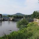 Vodní elektrárna na Ohři u Klášterce. A končí kopečky, krajina se narovnává...