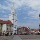 Do královského města vjíždíme Žateckou bránou a stejně jako kdysi, i nyní obdivujeme zdejší náměstí s běloskvoucí radniční věží.