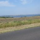Stezka nás vyplivla na hlavní silnici s výhledem na Nechranickou vodní nádrž