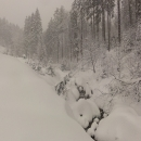 Prudký potok v zimě (tady ještě nevím o tom, že cesta podél něj je v zimě možná i zakázaná)