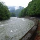 Z hor se valí proudy vody
