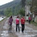 Holky jdoucí vesnicí