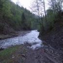 Cesta končí v proudu vody, dle některých map tu má vést hlavní silnice