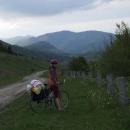 Cestou ze sedla nad Užokem s výhledem k polsko-ukrajinsko-slovenskému pohraničí