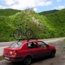 S kolem na střeše uháním až na východ Slovenska (v pozadí Starhrad u Strečna)