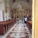 Uvnitř klášterního kostela zrovna probíhá křest