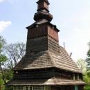 Dřevěný kostelík v podhorské vesnici